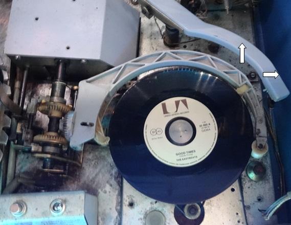 Nun muss die abgespielte Platte wieder zurück in den Plattenkorb...