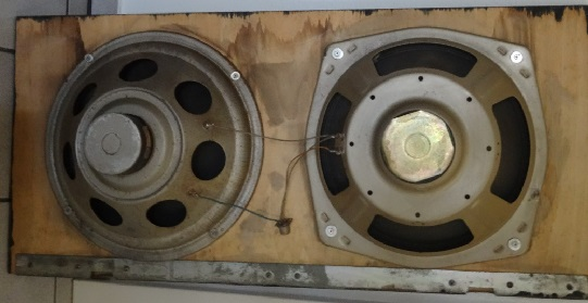 Die Lautsprecher unten sind noch Original-Lautsprecher