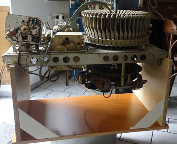 Die Trägerplatte auf dem schnell gebauten Reparaturtisch